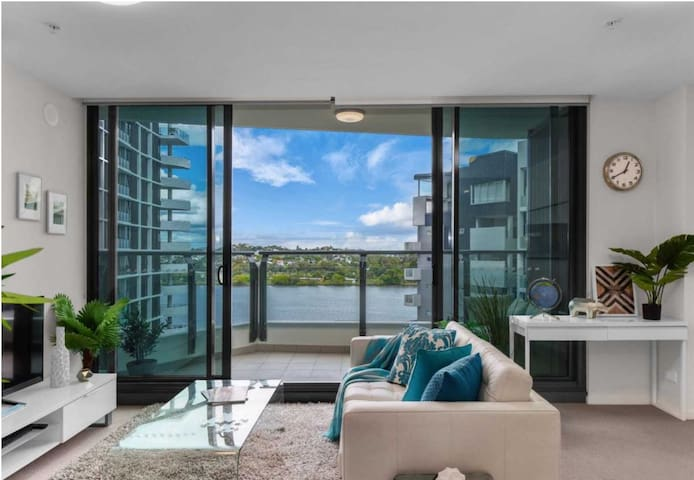 STYLISH 1-BRM APARTMENT 6KM TO BNE AIRPORT & CBD