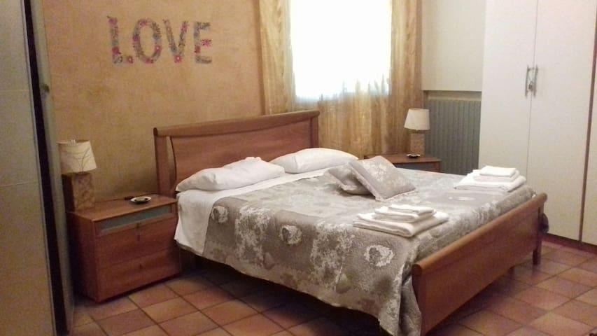la camera molto carina è dotata di lenzuoli -Nella cabina armadio ci sono altri 2 cuscini  e coperta