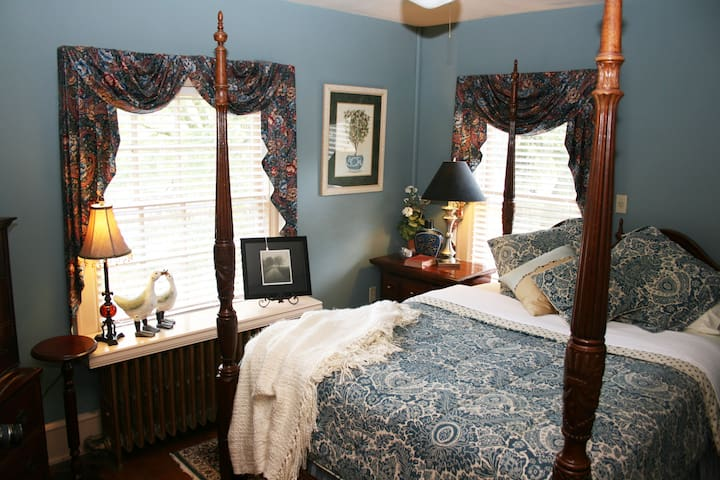 Williamsburg Manor - James Southall Blue Room