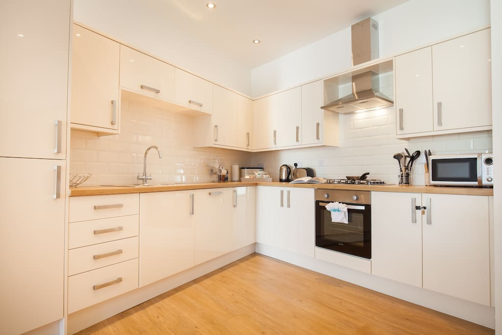 Great modern kitchen with tall fridge/freezer, microwave, oven, hob, dishwasher & washing machine
