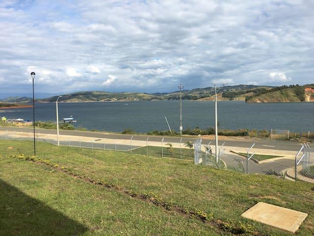 Villa Caracurí una vista de ensueño al lago Calima
