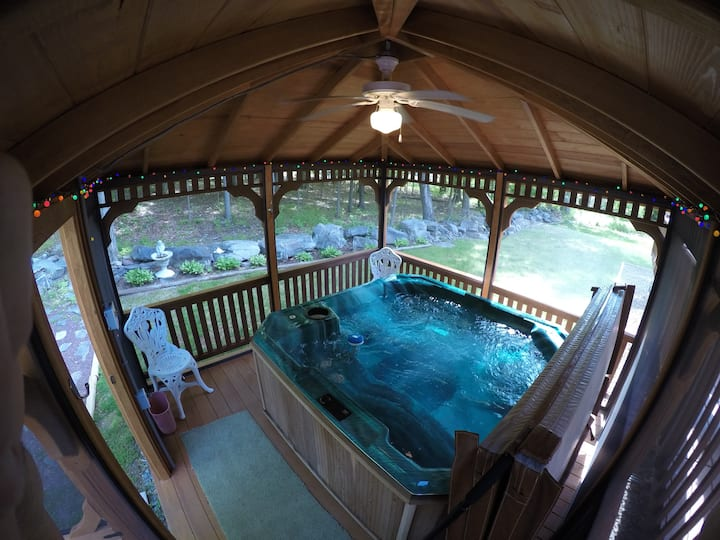 Lake Wallenpaupack GetAway with HotTub in Gazebo