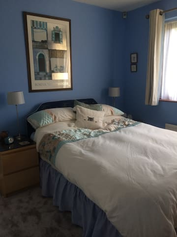Lovely ensuite bedroom in bungalow, with parking