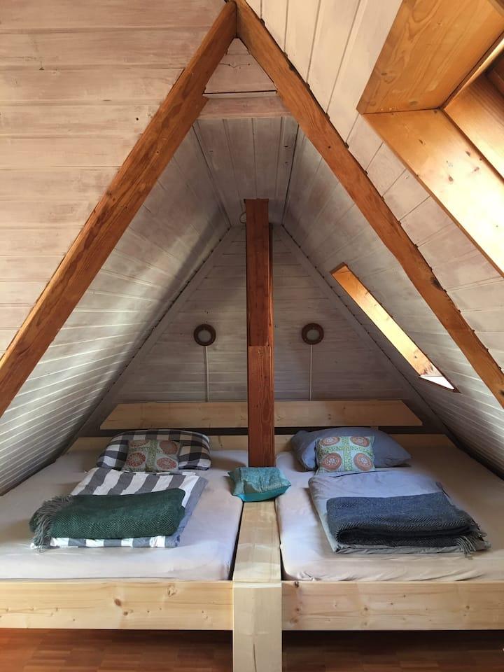 Schöne Atelierwohnung unter dem Dach nahe Zentrum