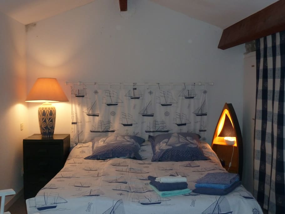 dans la rochelle : à l'étage : 2 lits indépendants ou rapprochés (80 chaque)