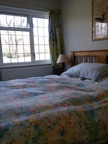 Bright Double Bedroom; Gatwick 30mins by Car - East Sussex - Casa
