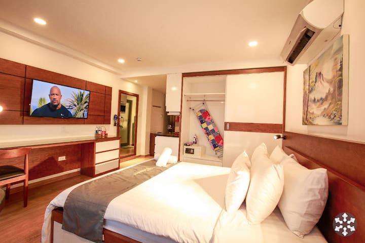 Spacious queen studio, 43 inch flat screen, full kitchen, en-suite bath, high end amenities, hotel bed linen