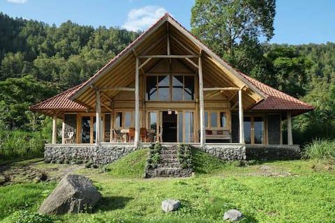 金塔马尼湖畔迷人的度假木屋