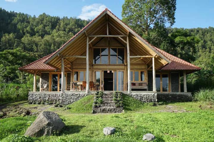 Charming chalet by the lake in Kintamani