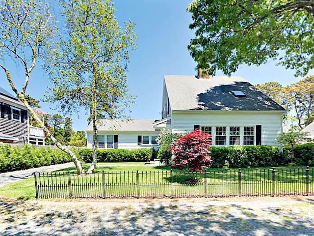 Updated 4BR Cape Cod, Steps to Beach