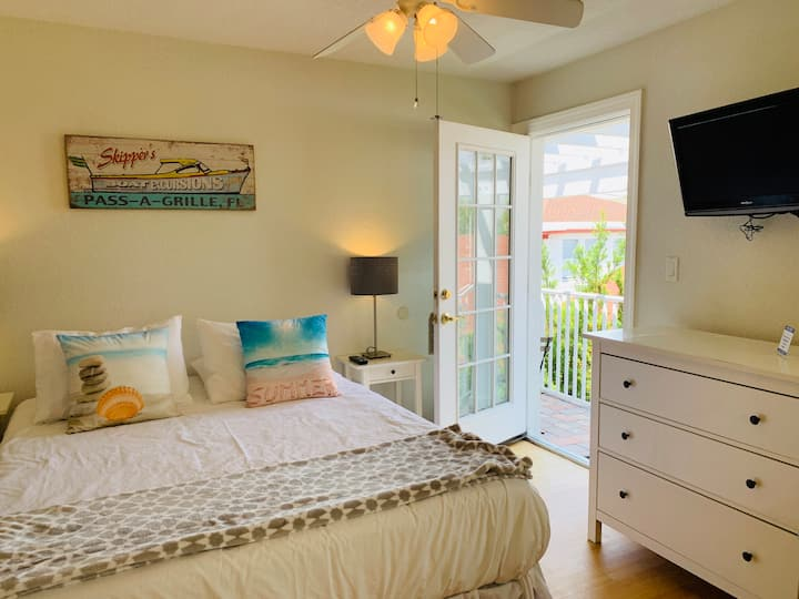 Pass-a-Grille Charming Studio, Sleeps 3, Pool