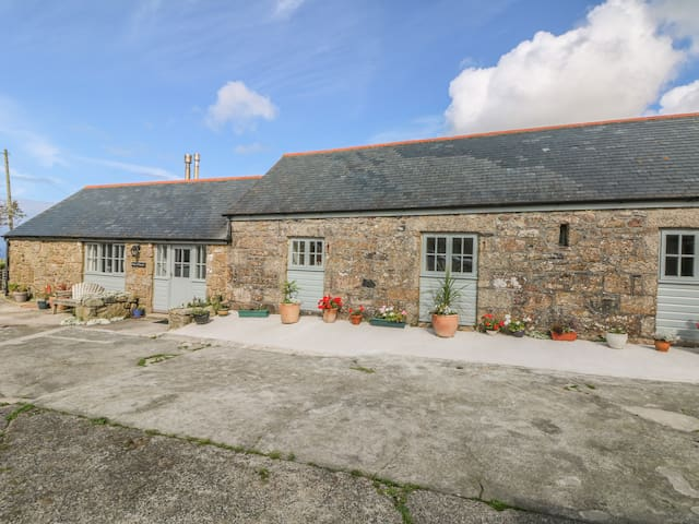 BACK OF BEYOND, pet friendly, with open fire in St Ives, Ref 959345