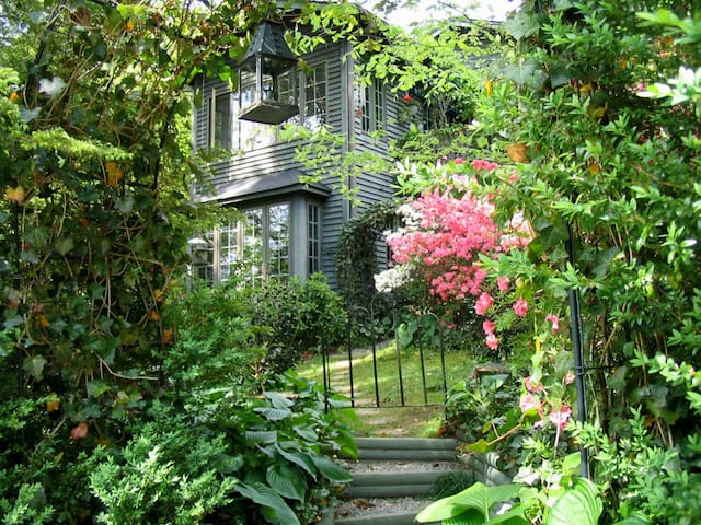Charles Street Garden Suite (Apt) -  Walk to Town - Saluda - Huis