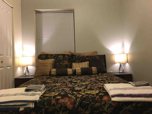 ****Cozy Private Room in Wrigleyville***