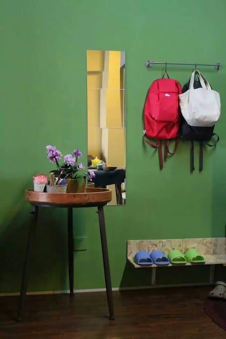 入门门厅,给您准备了城市便捷背包和超市购物袋,还有舒适的居家拖鞋