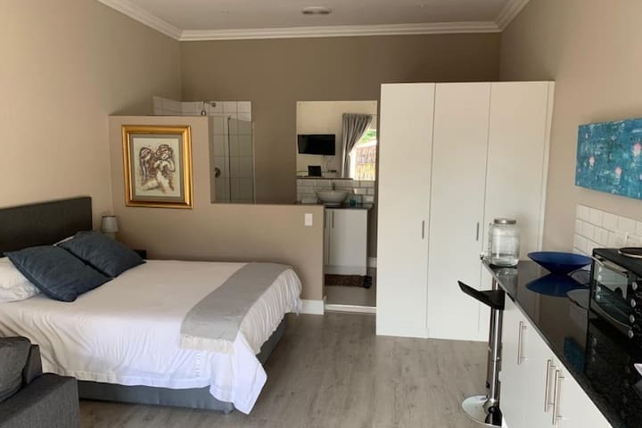 Karee Cottage near Winelands and Brackenfell