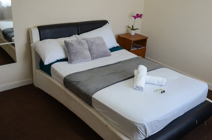 Bright & comfortable double room in shared house 3