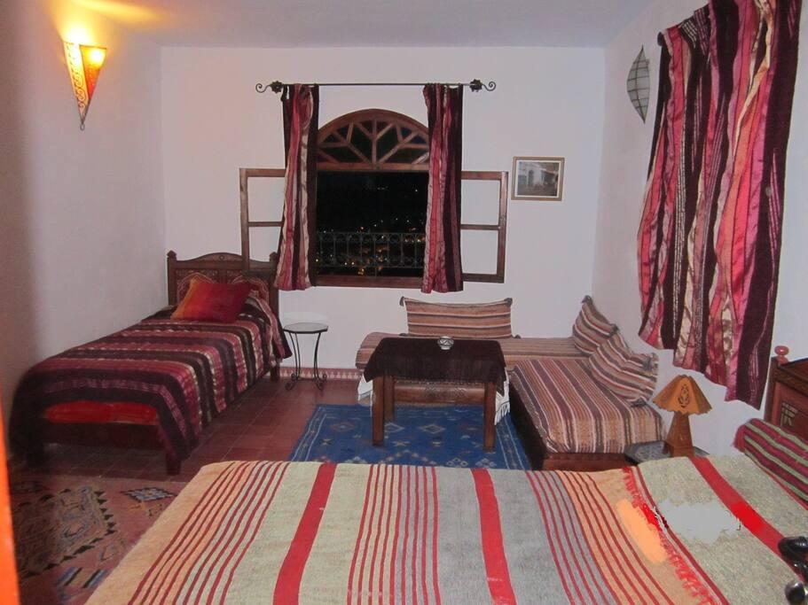 Habitación con cama matrimonio y 2 camas individuales