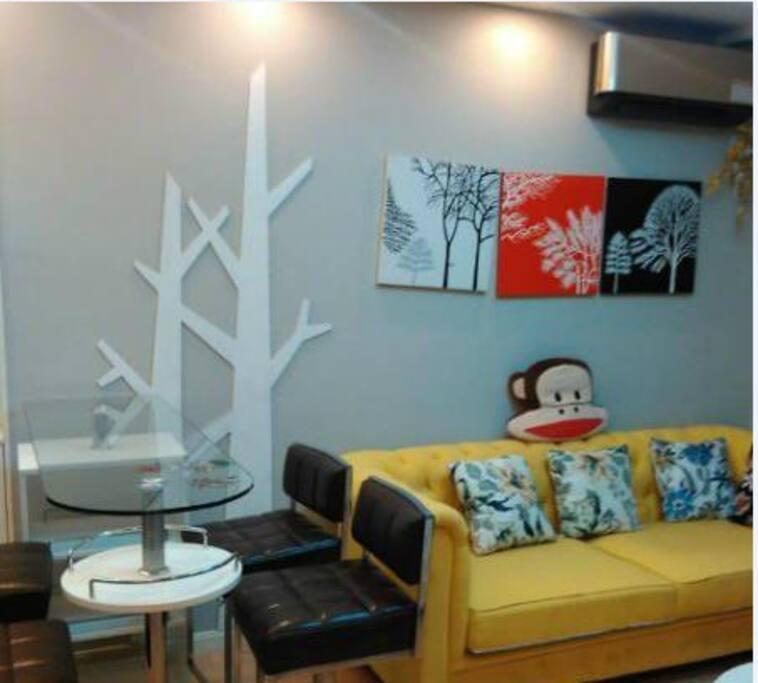 这里是书房,有柔软的沙发,还有咖啡桌椅,可以和朋友边喝咖啡边聊天 十分惬意。