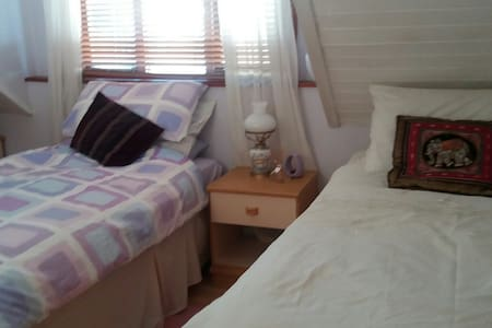 Cosy bedroom in friendly home - Hastings - Bed & Breakfast