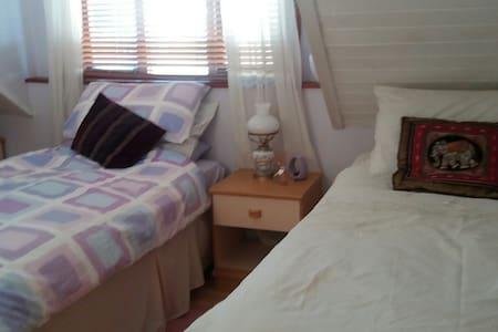 Cosy bedroom in friendly home - Hastings