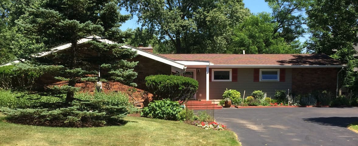 Comfort & quiet in one of nicest Cleveland suburbs - Pepper Pike - House