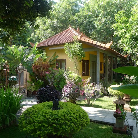 Detached guesthouse with pool 100 m by see