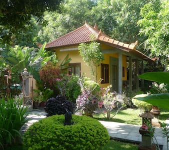 Detached guesthouse with pool 100 m by see - Tejakula - Bed & Breakfast
