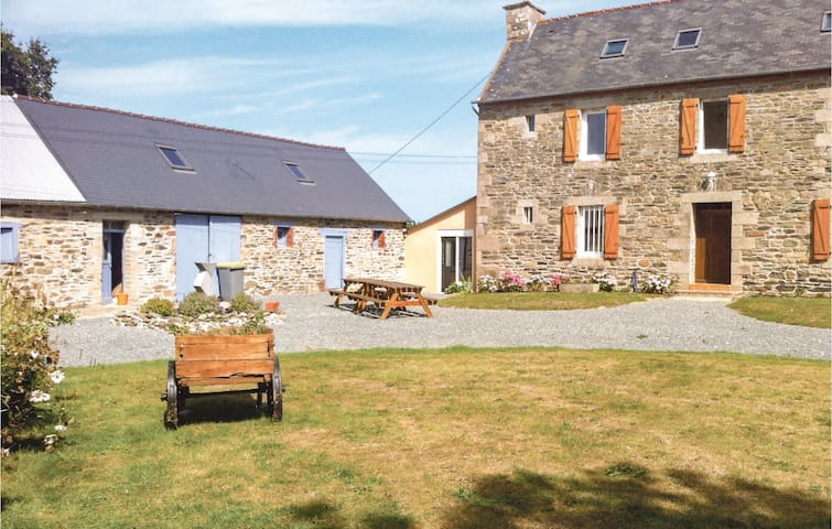 Holiday cottage with 5 bedrooms on 250m² in Treguier