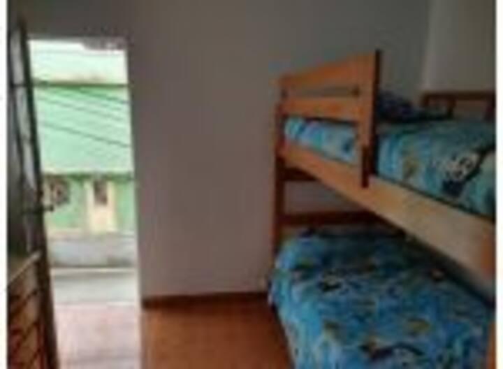 Habitación con camarote de 3 camas y escritorio