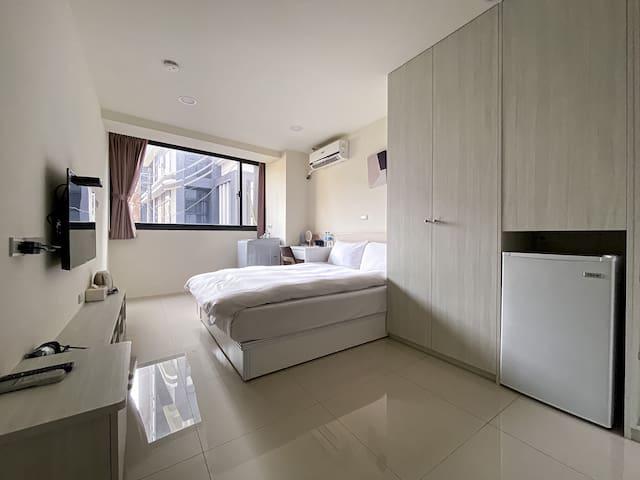 採光棒超大房間,附洗衣機,乾淨明亮的工作桌!