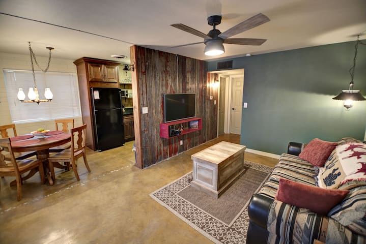 """The Wrangler""- Wild West Charm - Mesa - Apartment"