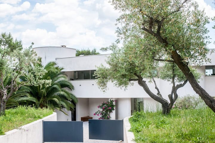 Architectural villa with views near Montpellier