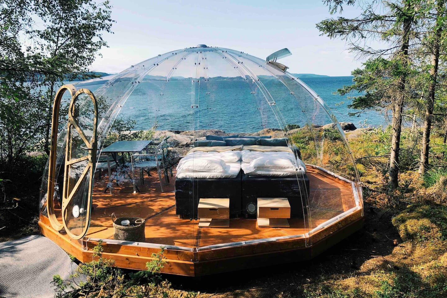 Trones Eye is a family-run accommodation venue for those who want an overnight glamping experience out of the ordinary. The igloo is standing by the fjord on the outskirts of Trones golf course and Trones Farm in Verdal, Trøndelag.