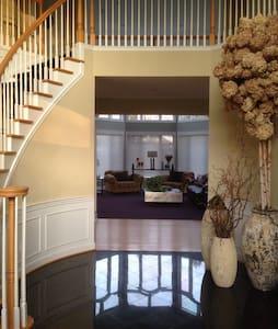LUXURY HOME IN BEAUTIFUL COMMUNITY NEAR IAD - เรสตัน