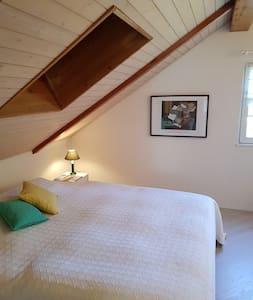 Zimmer mit Galerie in ruhigem Wohnquartier