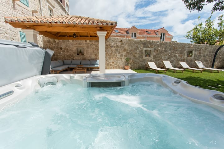 Charming Villa for 8 people with Hot Tub