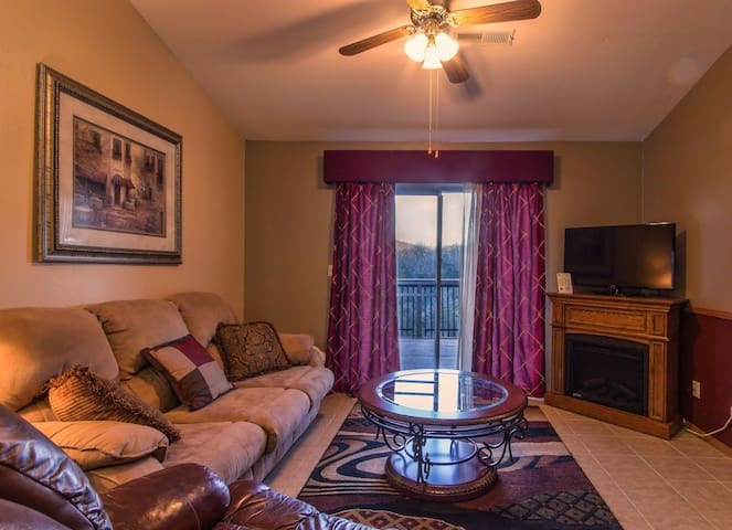 Branson Condo Rental | Eagles Nest | Indian Point | Silver Dollar City | Lake Views  (111605) - Branson - Appartement