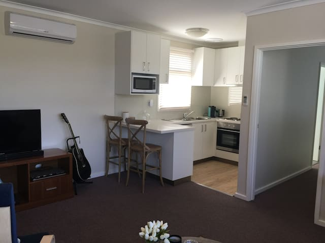 Quite self contained 1 bedroom unit - Mentone - Apartment