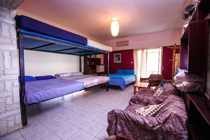 Shared room with garden near Acropolis and beach