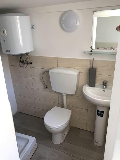 Bagno con doccia, wc e lavabo