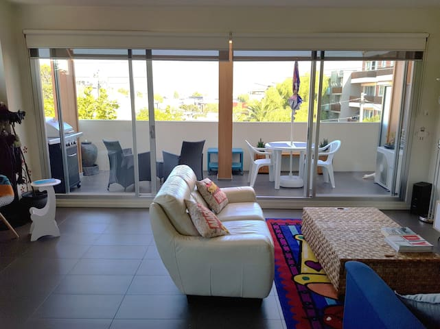 Windy Hilton Experience (quirky/modern 1 bed apt)