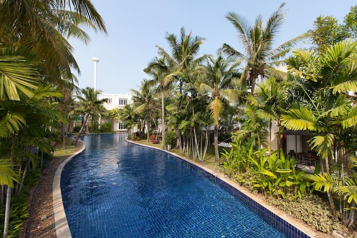 Huahin Beach, 1250 m. pool n private big garden.