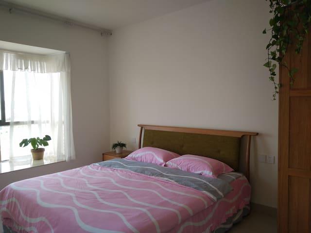 带独立卫生间和观景阳台的尊贵大房,气质高贵,简而温馨。