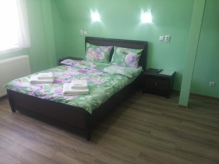 Квартира с двуспальной кроватью и микроволновкой.