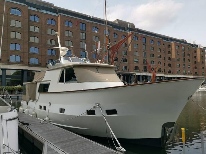 2-Bedroom Tower Bridge Boat