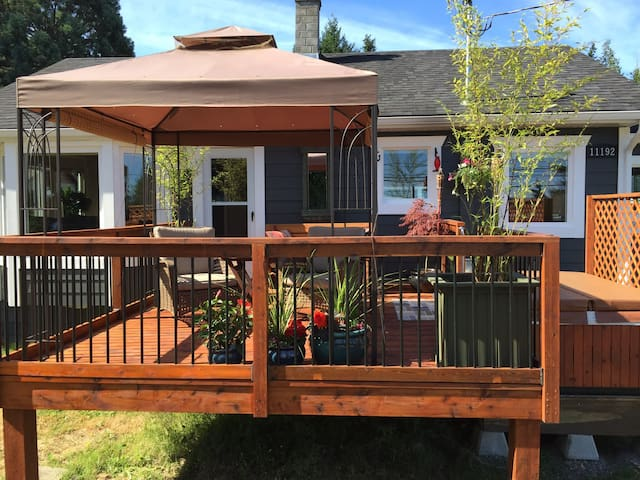 Sunny Saltair Seaview Cottage with Private Hot Tub