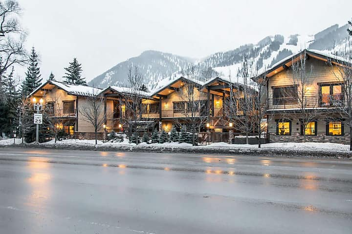 Aspen Condo with great hotel service. Outdoor Heated Pool and Hot Tub, Airport Shuttle, Fitness Room