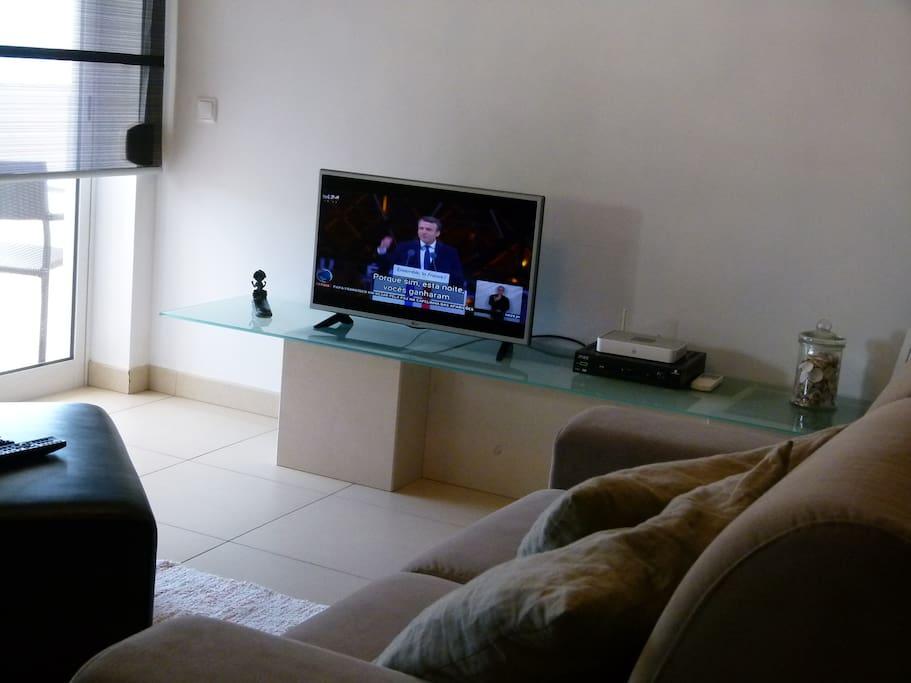 sala de estar com tv por cabo