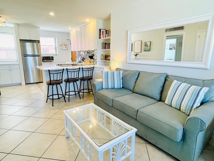2 Bedroom in Paradise, 250 Steps from Beach / Pool